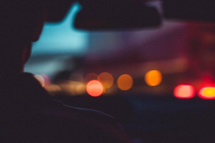 Widok ze środka samochodu - kierowca nocą
