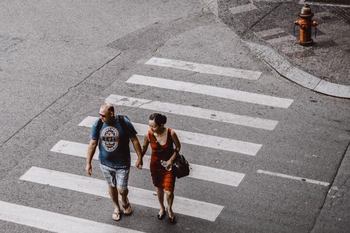 Pare pieszych przechodzi przez pasy